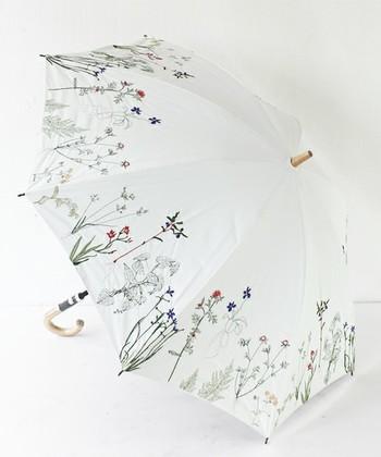 可憐な花たちの刺繍が施された「everlasting sprout」の日傘。持っているだけで街中の注目を集めそう。