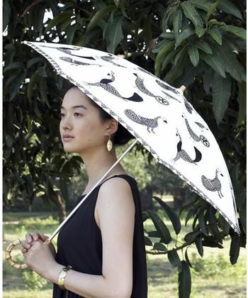 さまざまな種類の鳥たちが手刺繍された「ピープルツリー」の日傘。フォークロアな雰囲気で、シックな装いにもナチュラルな装いにも馴染みます。