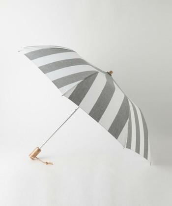 太めボーダーがさわやかな「中川政七商店」の日傘。和装に合わせても素敵なデザインは、さまざまなシーンで活躍してくれそう。防水加工が施されているため、雨の日にも使えます。
