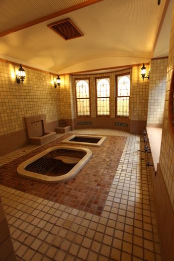 洋館「金剛」に併設されたローマ風浴室は、溝口健二映画のシーンでも登場し見どころの一つとなっています。木製のタイルやステンドグラスも当時のものです。