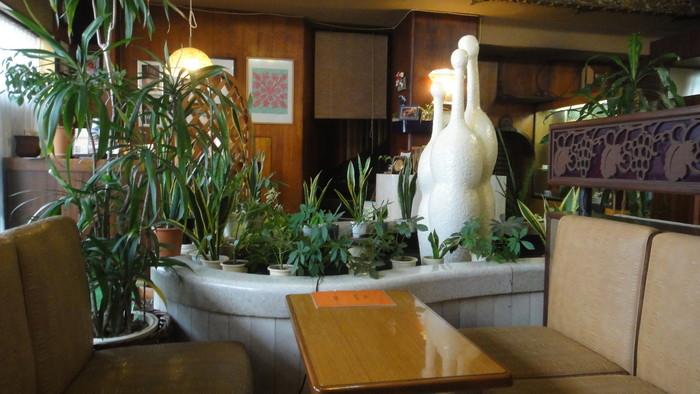 店内の雰囲気も期待通りの昭和レトロ感漂う純喫茶。中央にある白いオブジェの下には小さな池があって鯉が泳いでいるという、なんとも不思議な世界観ですが、なんとも言えず居心地が良い。