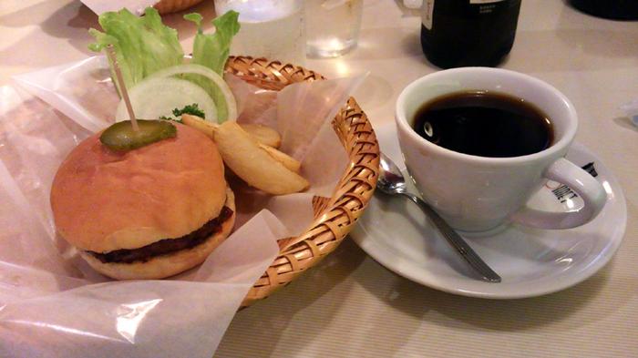 これが三島由紀夫も愛したというハンバーガー!野菜は添えられていてお好みで挟んで食べるようになっています。これは、野菜がダメな人への配慮なんだとか。オニオンのピリッとした辛さとジューシーなパテがマッチして美味です。