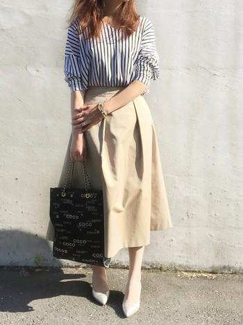 丈がちょっと長めのふんわりスカートはベージュで軽めに爽やかに。ストライプのカジュアルなシャツを合わせても、キレイめスカートの効果でカジュアルになりすぎません。