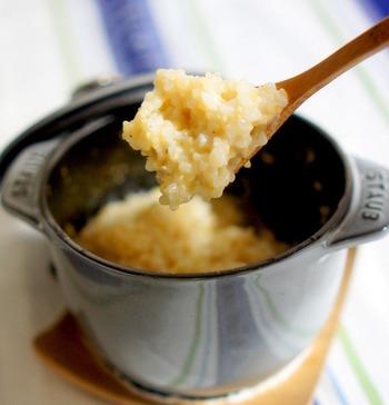 オーブンでじっくり炊き上げた玄米に、パルミジャーノレッジャーノをたっぷり絡ませて。オーブン調理ができるSTAUBならではのメニューです。