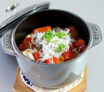 お米とトマトを一緒に炊いて、最後にしらすをたっぷりトッピング。鮮やかな彩りで食卓が華やぎます。