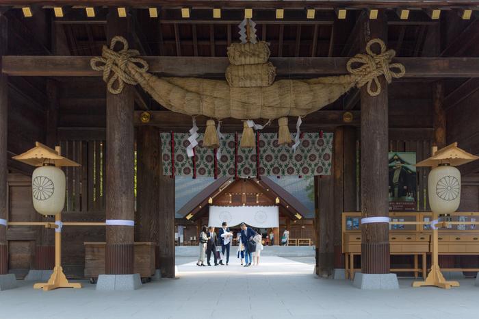 円山公園に隣接する北海道神宮は、開拓史がおかれた明治初期に建てられた「札幌神社」が前身となっています。初詣には道内一となる約73万人以上が参拝するほか、桜の時期にも多くの人が訪れます。南側の「藻岩山」、西側の「手稲山」2つの道筋から「龍脈」と呼ばれる風水エネルギーが流れ込む北海道随一のパワースポットです。