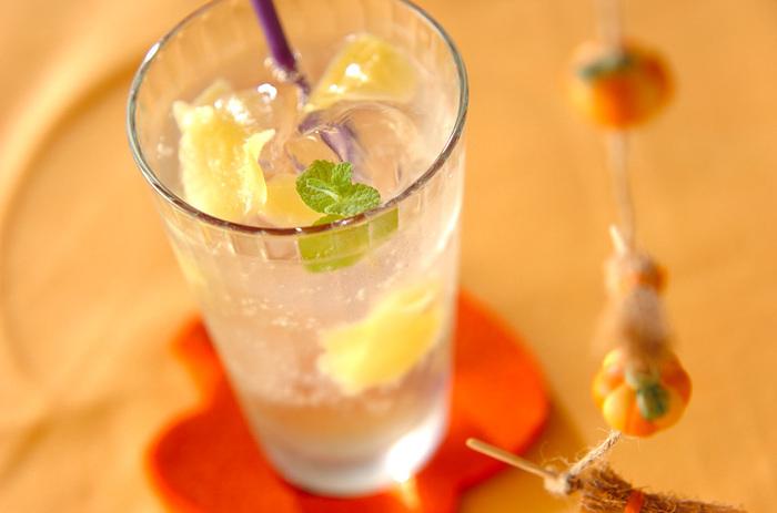 ジンジャーエールシロップを梅酒とソーダで割って飲む、夏の食前酒にぴったりのドリンクです。薄切りのしょうがはそのまま食べてもOK。お子様用には、梅酒を火にかけて一度アルコールを飛ばしてから入れてあげてくださいね。
