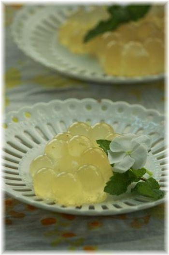 ジンジャーエールのしゅわしゅわグミのレシピ。口に入れると炭酸のしゅわしゅわが感じられキリッと目が覚める味わいを楽しめます♪