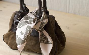 上品な光沢を放つ綿サテン地で出来ているので、こんな風にバッグの持ち手に結ぶのも素敵です。シックな色合いがいろいろなコーディネートに合いそうですね☆