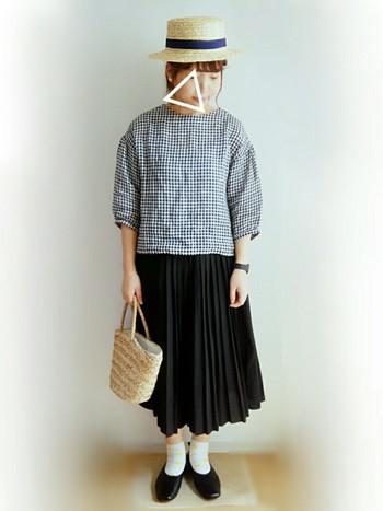 ギンガムチェックのトップスに黒のプリーツスカートのガーリーコーデ。小さなカゴバッグとカンカン帽がマッチしていてかわいいですね。落ち着いた夏のおめかしコーデといった感じです。