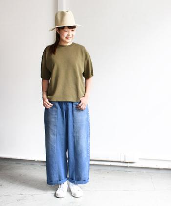 鮮やかなブルーが眩しいワイドデニム。Tシャツもゆったりめと合わせて、ラフでカジュアルなスタイリングです。