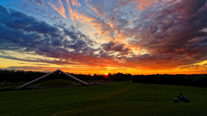 札幌市東区にある「モエレ沼公園」。芸術家イサム・ノグチの構想が実を結び、形になった公園は、ランドスケープそのものが壮大な作品。公園といえば昼のイメージですが、こちらには夕暮れ時に訪れてみてはどうでしょう?美しい夕焼けだけでなく、もうひとつ、日暮れ後でなければ見られない作品があるんです。