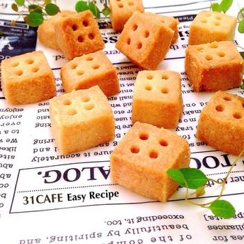 お塩がポイントのサクサクおいしいバニラクッキー。正方形にして1~6の穴で柄をつければコロンとかわいいサイコロクッキーに!