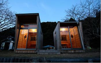 紀州材で作られた完全自家発電型タイニーハウスです。アシンメトリーな2棟がウッドデッキで繋がっており、天気の良い日はそこで食事をしたり、読書をしたりと快適に過ごせます。  画像提供:G.WORKS