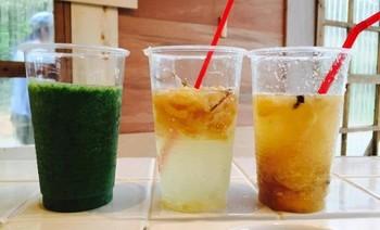 写真左からグリーンスムージ―、自家製ジンジャーエール、自家製レモネード。ドリンクも三浦の野菜やフルーツをふんだんに使用しています。