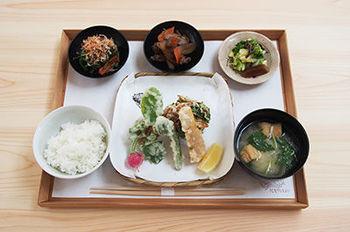 昼ごはん定食。炊きたてご飯と、奈良の食材をつかったおかずがついたヘルシーな和定食が楽しめます。ご飯が無くなると終了してしまうので、お早めに。