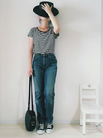 ボーダーTシャツとワイドなデニムを合わせたシンプルなコーデですが、ちょっと個性的なバッグとハットでオシャレ度がアップします。タックインすると足が長く見えるのでこうやって着るのがオススメです。