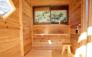1棟1.5坪(3畳)ですが、ウッドデッキがあるので広く感じます。壁も床も天井も紀州材でできた家は、木の魅力が最大限に活かされています。  画像提供:G.WORKS