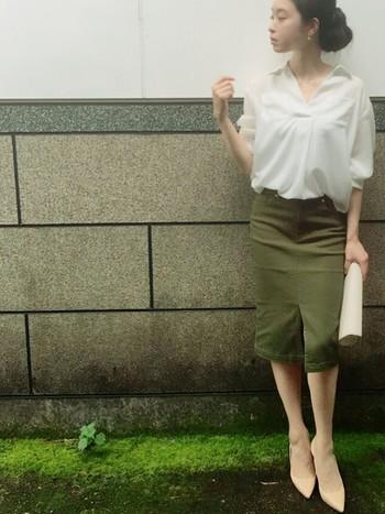 カジュアル色が強いカーキ色のセンタースリットのタイトスカートには、ふんわり系の白ブラウスで程良く甘さをプラス。