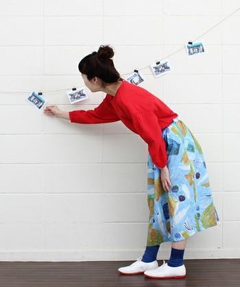 「潮干狩りの思い出」が抽象的にデザインされた、アーティスティックな雰囲気のスカート。トップスやソックスもポップな色づかいで絵本の主役になったかのような可愛らしいコーディネートです。