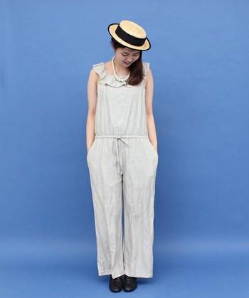 リネン素材のオールインワン。大きく開いた襟のフリルは、シンプルな小物が映えます。カンカン帽を合わせて夏らしく涼しげな着こなしに。
