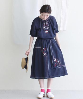 インド綿のやわらかいふんわりシルエットに、刺繍がかわいいセットアップ。かわいい色の靴下と、白いコロンとした革靴で夏のお嬢さんのような雰囲気に。