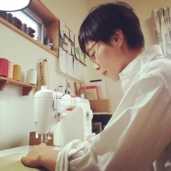洋裁師のお母様の元、ミシンの音や沢山の布に囲まれて育ったという作家のタカオユミコさん。  高校卒業後、上京してファッションの専門学校で学び、スタイリスト事務所での仕事を経て佐賀に帰郷され、現在は「丈夫であること、シンプルでありながらウキウキするものであること」を心に、日々ミシンに向かっていらっしゃいます。