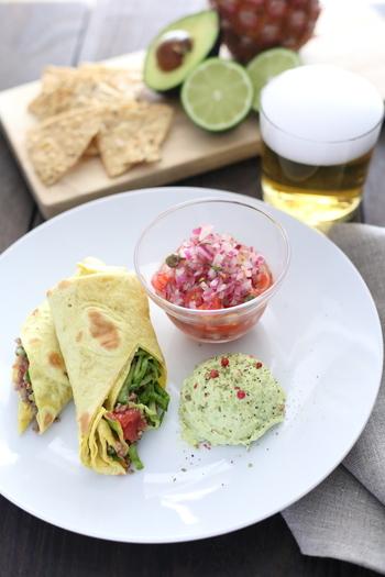 スパイシーなブリトーに、サルサとアボカドディップを添えたメキシコ風味いっぱいのワンプレート。ビールと一緒にいただきたい大人の味ですね♪