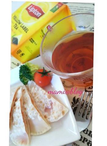 大判の餃子の皮で簡単に作れちゃうので、忙しい朝の時間にもおすすめです!フライパンで焼いています。
