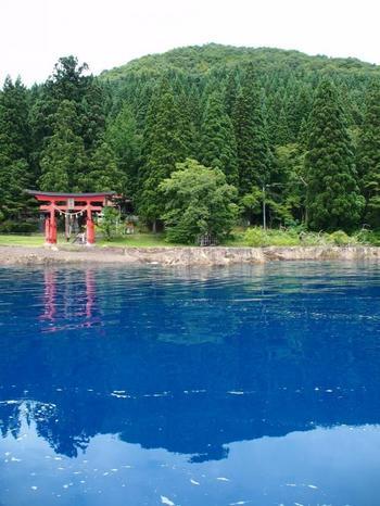 とっても大きな湖なので、湖を回る遊覧船も出ていて、観光客にも人気です。田沢湖は、火山の噴火でできたカルデラ湖。水深に応じて、同じブルーでも翡翠色から濃い藍色にまで変化し、日本のバイカル湖と呼ばれています。