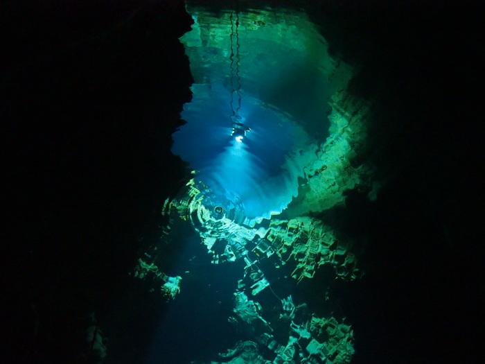 龍泉洞の中にある地底湖です。ドラゴンプルーと呼ばれる、どこまでも続くような深い湖は神秘的な雰囲気が漂います。