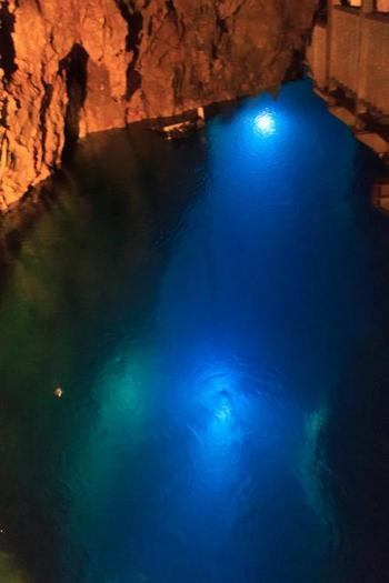 ライトアップした鍾乳洞はとても幻想的です。