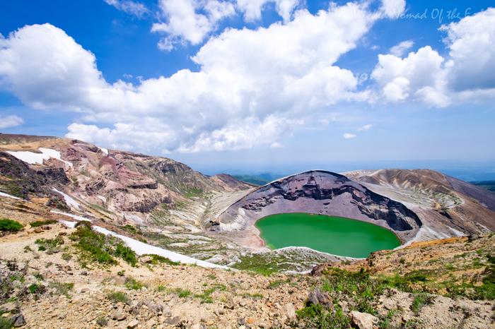 近くで見る御釜も壮大ですが、少し引いて空の青と御釜のグリーンの美しいコントラストを楽しむのも素敵♪お天気が良ければ、山頂からの景色もサイコーです!