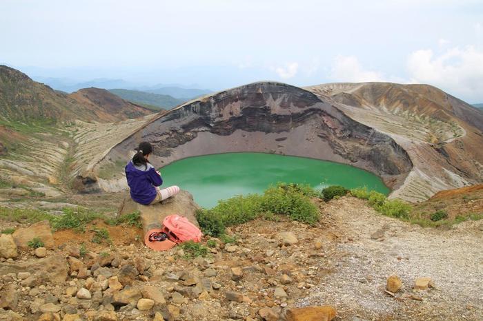 蔵王を代表する風景といえば、ココ!御釜は蔵王五色岳にある火山湖です。天候等の諸条件によってエメラルドグリーンや瑠璃色に湖面の色が変わり、豊かな表情を見せてくれます。
