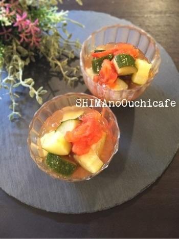 トマトと一緒にお出汁で煮込んで冷やすだけ。 とっても簡単な夏の小鉢です。 ズッキーニにじゅわ~っとしみ込んだ冷たいお出汁がとっても美味。 色合いもかわいくて食卓に華を添えてくれます。  マンネリがちなそうめんなどに合わせても美味しそうですね。