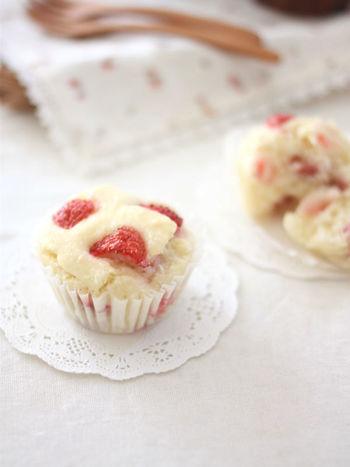 """イチゴの赤と生地の白が鮮やかな、かわいいカップケーキ。ひそかなブームになっている""""ライスミルク""""を使ったレシピです。"""