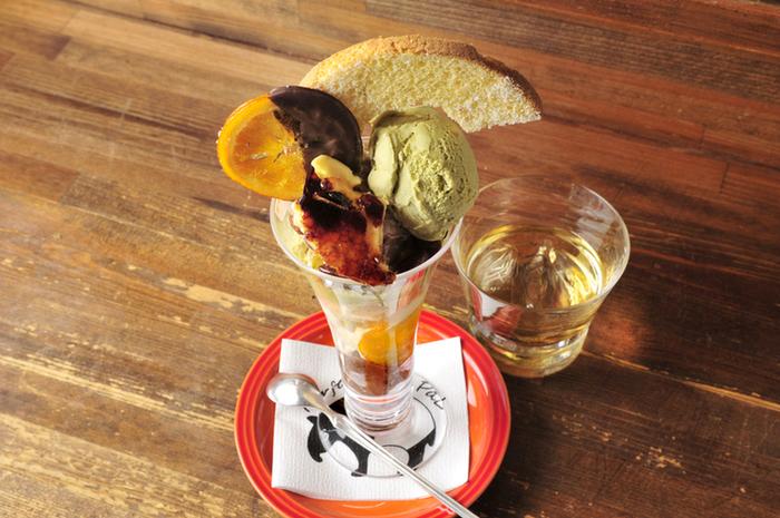 飲み会などのラストに「シメのラーメン」ならぬ「シメパフェ」を楽しむのが札幌の女子のトレンド。夜をメインにオープンするパフェ専門店が沢山あり、季節に応じてフルーツやアイスのフレーバーの変化を楽しめるのでリピートする愉しみも。写真は人気のパフェ専門店「パフェテリア パル」のパフェ。