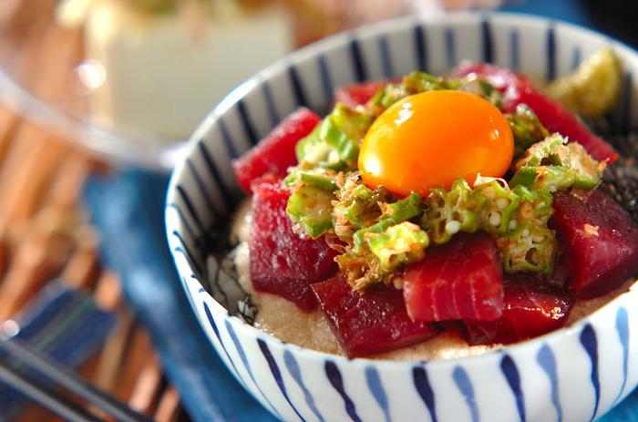 赤身のマグロとオクラの緑と卵黄。食欲をそそる彩りがキレイな丼ぶり。トロロと一緒にツルツルッと食べられるので、食がすすまない時におすすめです。ネバネバ野菜は疲労回復・消化促進にも効果的なので、夏バテ気味の時にもどうぞ♪