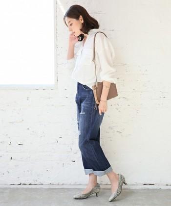 ストレートのダメージデニムを白シャツと爽やかにスタイリング。足元はロールアップ+ヒールで華奢さを魅せましょう。お手本にしたい大人シンプルで清楚なコーデです。