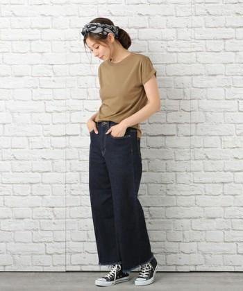 裾のフリンジが今時なワイドデニムパンツは、無地Tシャツを合わせてシンプルに着こなすのがおすすめ。頭に巻いた人気のバンダナもアクセントになり、旬な要素がたくさんのコーディネートです◎