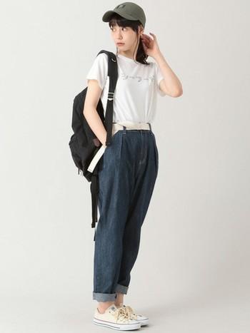 旬なマムジーンズをカジュアルに着こなす♪ヒップ周りにゆとりがあり動きやすいデニムなので、アクティブな場面でも頼もしい一本です。