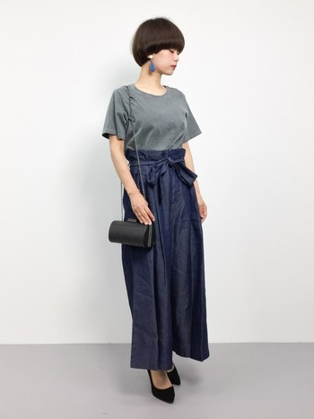 ウエストにリボンがついていて、ちょっぴりガーリーなハイウエストデニム。デニム×Tシャツのカジュアルな組み合わせですが、小物使いなどでも女性らしさが感じられます。