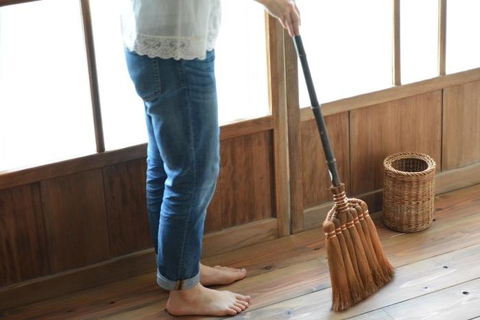 箒(ほうき)は、フローリングやカーペットの部屋が多くなるにつれて使用されなくなりましたが、天然素材からできているため、床に優しく当たり、なめらかにゴミを掃き集めることができます。  明治13年創業「山本勝之助商店」の棕櫚箒は、選りすぐりの棕櫚皮を使った皮巻き箒です。棕櫚の毛や樹皮はしなやかで柔らかく、耐久性があるのが特徴。細かい細工はせず、実用重視で、素材そのものを生かして作られています。