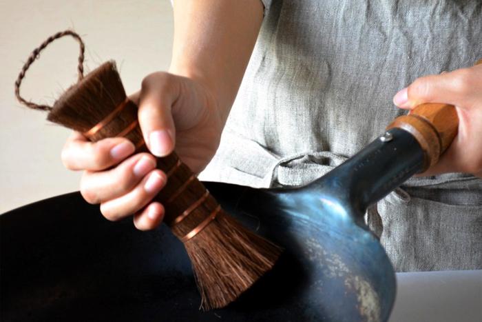 「山本勝之助商店」の棒たわしは棕櫚の繊維を使用しています。天然の繊維のため適度にしなり、道具や食材を傷つけにくいのが特徴です。まな板や鍋などの汚れはしっかりかき出し、しつこい油汚れ以外は洗剤なしでもきれいに洗えます。それでいて、ゴボウやニンジンなどの泥は、優しくきれいに洗い落してくれる優れものです。