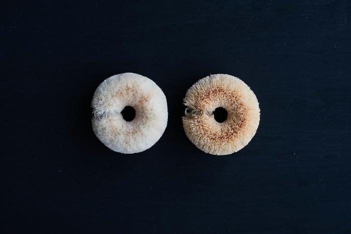 """ベーグルのような愛らしい丸いルックス。この形は""""乾きやすさ""""も兼ね備えた機能的な形なんです。コシのある繊維が汚れを落としてくれるので、少々の油汚れであれば洗剤を使う必要がありません。「固め(ホワイトパーム/右)」「柔らかめ(サイザル麻/右)の2種類があります。"""