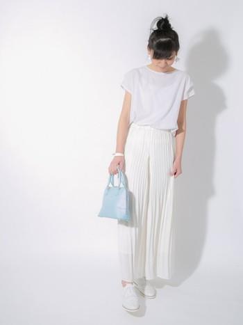 トップス、スカート、靴まで白の無地で合わせたオールホワイトコーデ。さわやかなアイスブルーの小さめバッグを合わせて上品に。