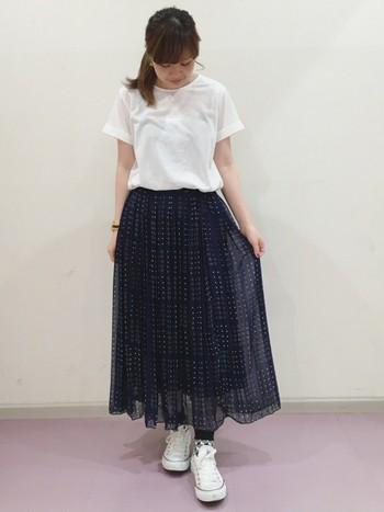 重たくなりがちなネイビーのプリーツスカートは柄が入っていると軽やかな印象に。白のトップス&スニーカーでさわやかさアップ。シンプルにまとめるのが◎
