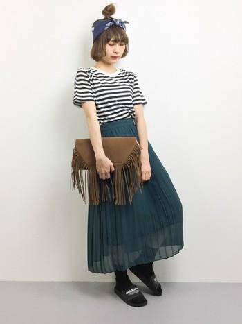 ブルーグリーンの落ち着いたカラーのプリーツスカートは軽やかなシフォン素材を選ぶのがいいですね。フリンジつきクラッチバッグ&バンダナを合わせれば今年っぽく仕上がります。