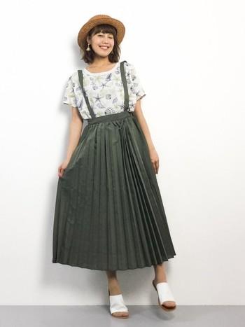 大人っぽくなりがちなカーキのプリーツスカートはジャンパースカートタイプを選ぶとかわいらしくなります。夏っぽい柄のTシャツは甘さをプラスしてくれますね。