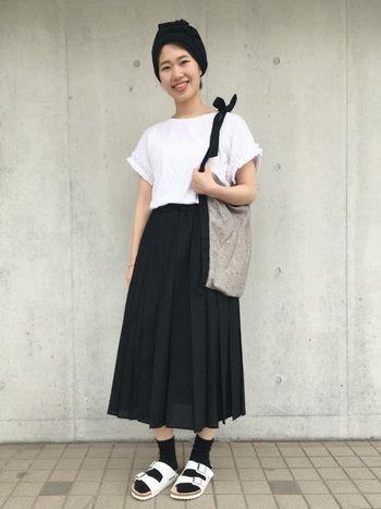 プリーツスカートのモノトーンコーデ。黒のプリーツスカートは夏に合わせにくいかな?と思いがちですが白トップスを合わせるとさわやかですね。
